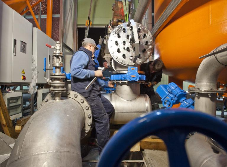 Kaiserslautern. Die Stadtwerke (SWK) bauen im Wasserwerk an der Barbarossastraße eine neue UV-Desinfektionsanlage ein. 09.04.2013  Foto: Martin Goldhahn / view